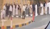 بالفيديو .. مشاجرة عنيفة بين شباب وحراس أمن في الكويت