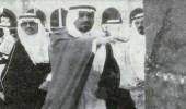 صورة نادرة للملك خالد يطوف بالكعبة المشرفة برفقة ثلاثة من إخوته