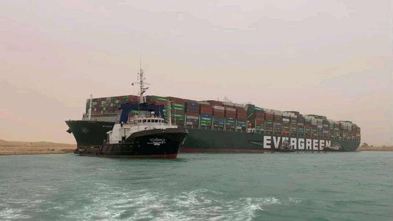 مصر: تعليق الملاحة في قناة السويس لحين تعويم السفينة الجانحة