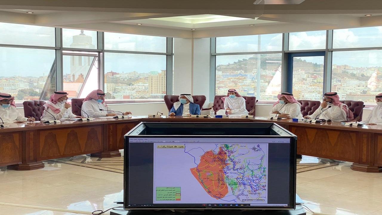 أمين عسير يناقش مع مدير فرع النقل بالمنطقة تحديد المسئوليات بالطرق