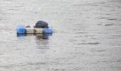 بالصور.. رجل يترك سباقًا للتجديف ويصلي العصر على سطح مياه النيل