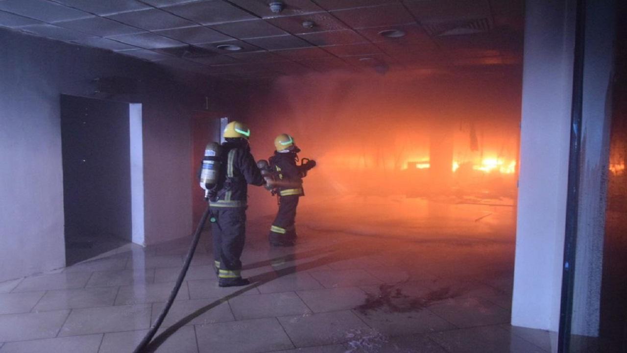 بالصور.. إخماد حريق اندلع في مجمع تجاري بالرياض