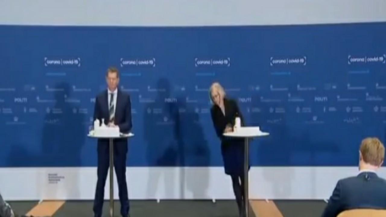 شاهد.. لحظة إغماءمسؤولة دنماركية أثناء مؤتمر صحفي حول التطعيمات