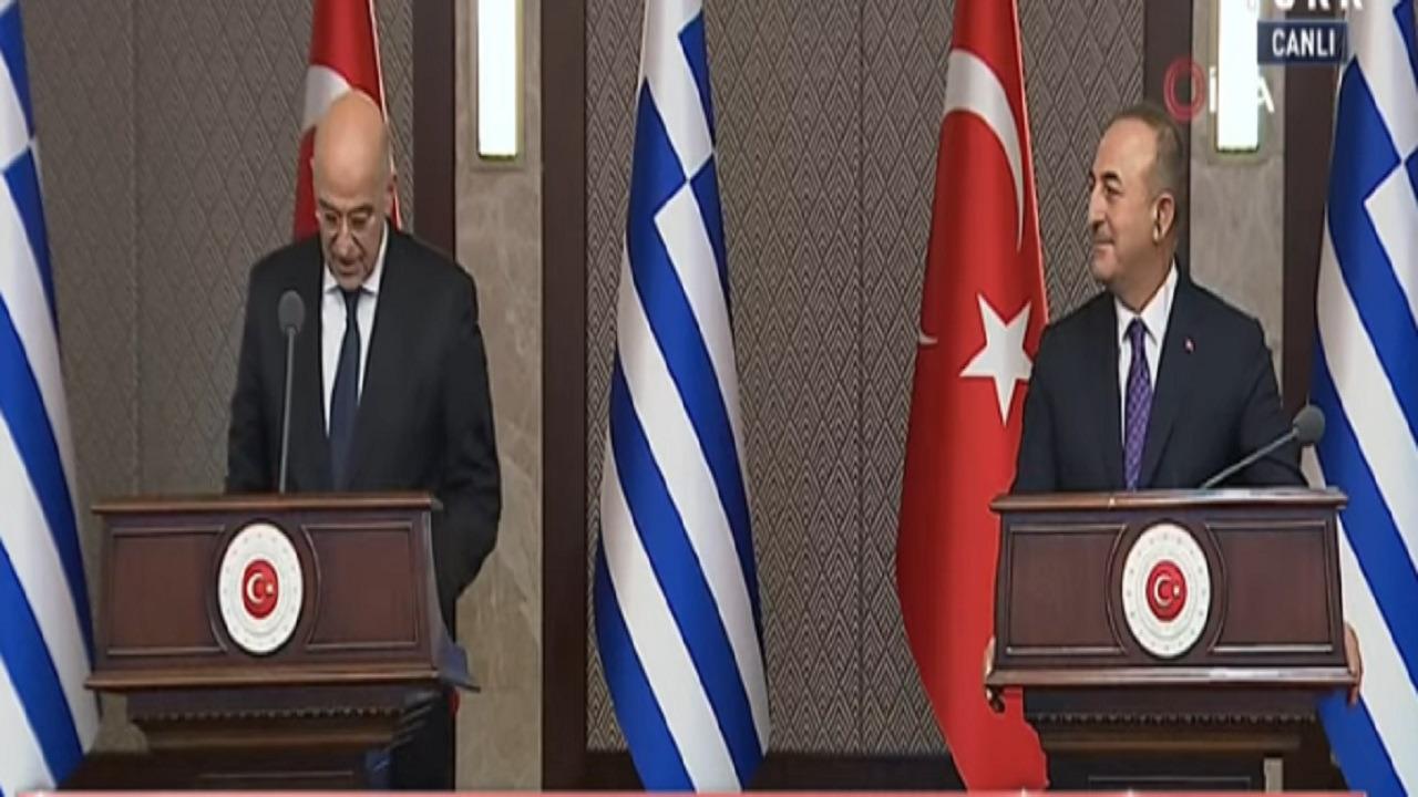 شاهد.. سجال وتبادل اتهامات في مؤتمر صحفي بين أوغلو ووزير خارجية اليونان