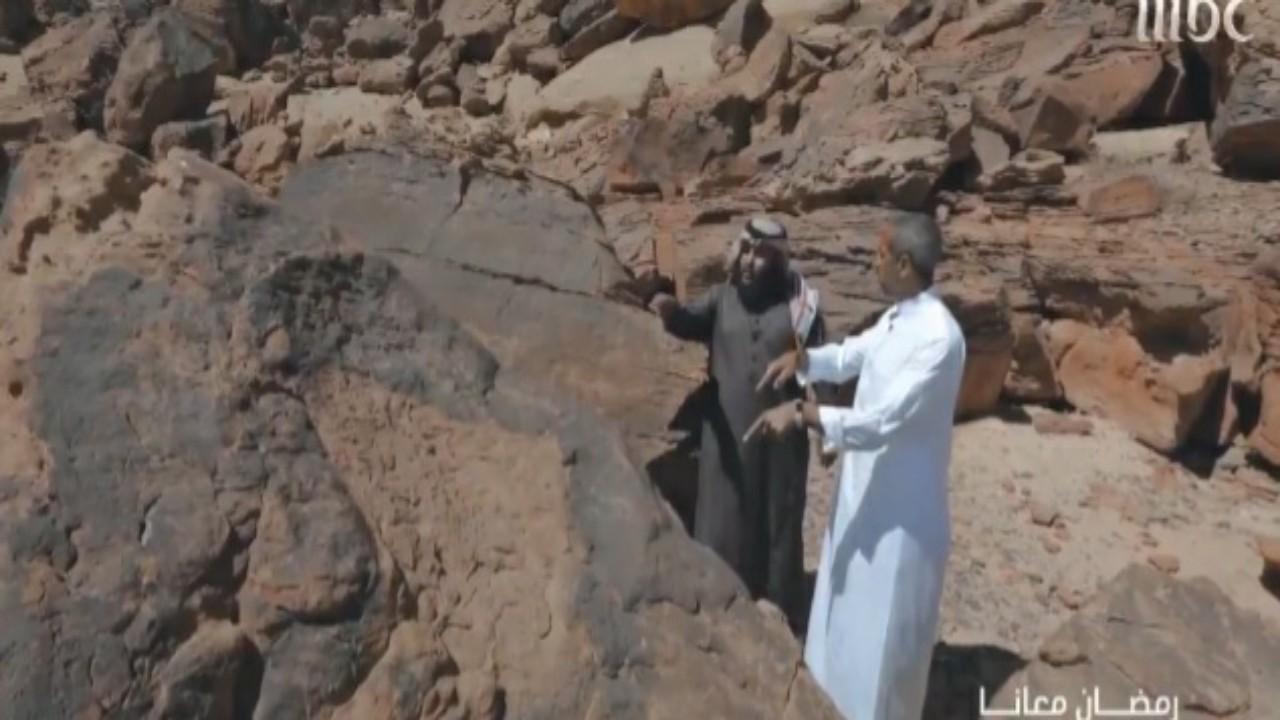 """شاهد.. الشقيري يكشف عن سبب قدوم 11 مستشرقا وباحثا من أوروبا للوقوف عند """"صخرة"""" في المملكة"""