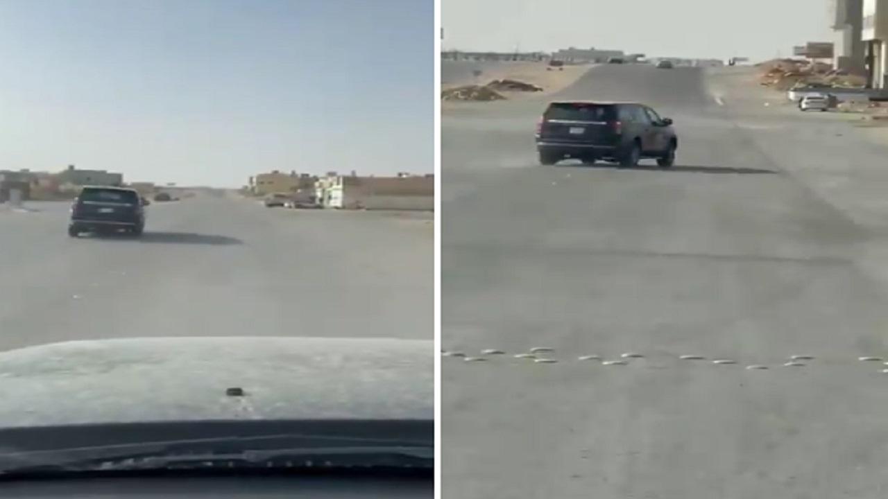شاهد .. قائد مركبة يمارس التفحيط بسرعة جنونية في الرياض