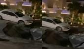 بالفيديو.. هبوط أرضى مفاجئ يتسبب في سقوط مركبة بالخبر