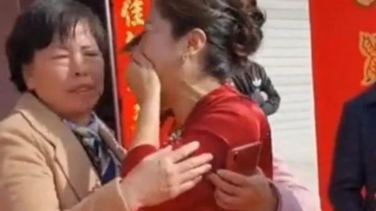سيدة تكتشف أن عروس ابنها هي ابنتها المفقودة يوم الزفاف