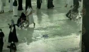 شاهد .. لحظات هطول الأمطار على المسجد الحرام أثناء صلاة التراويح