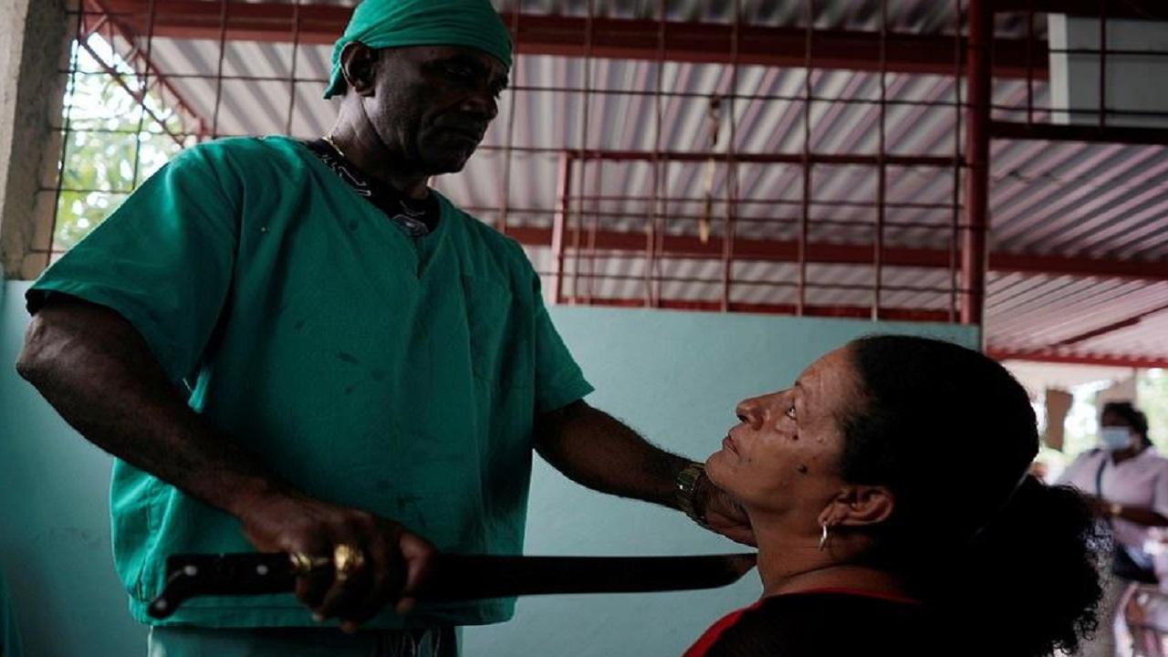 بالفيديو والصور.. معالج روحي يجري مئات العمليات الجراحية بالساطور !