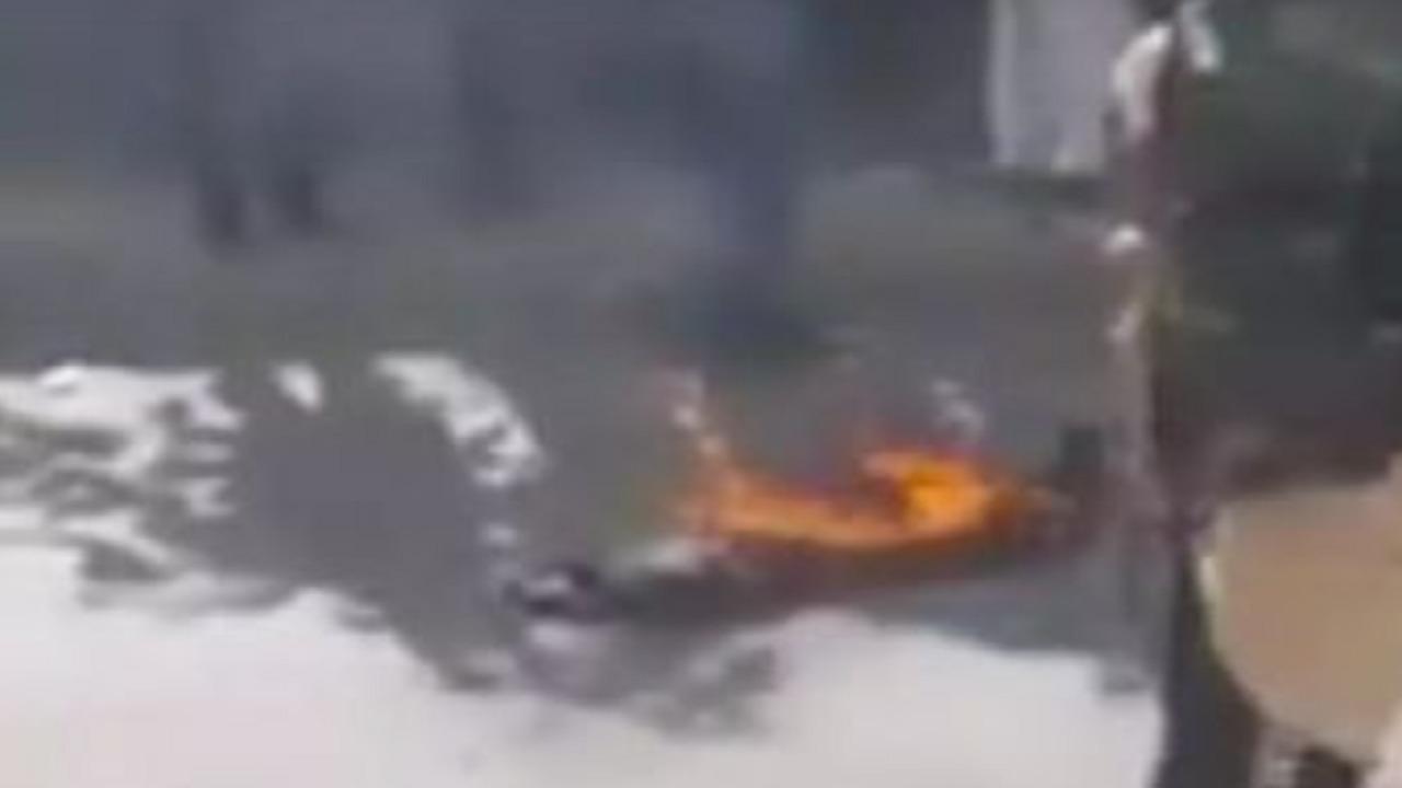 بالفيديو.. مسن يحرق نفسه أمام إحدى محاكم الحوثيين