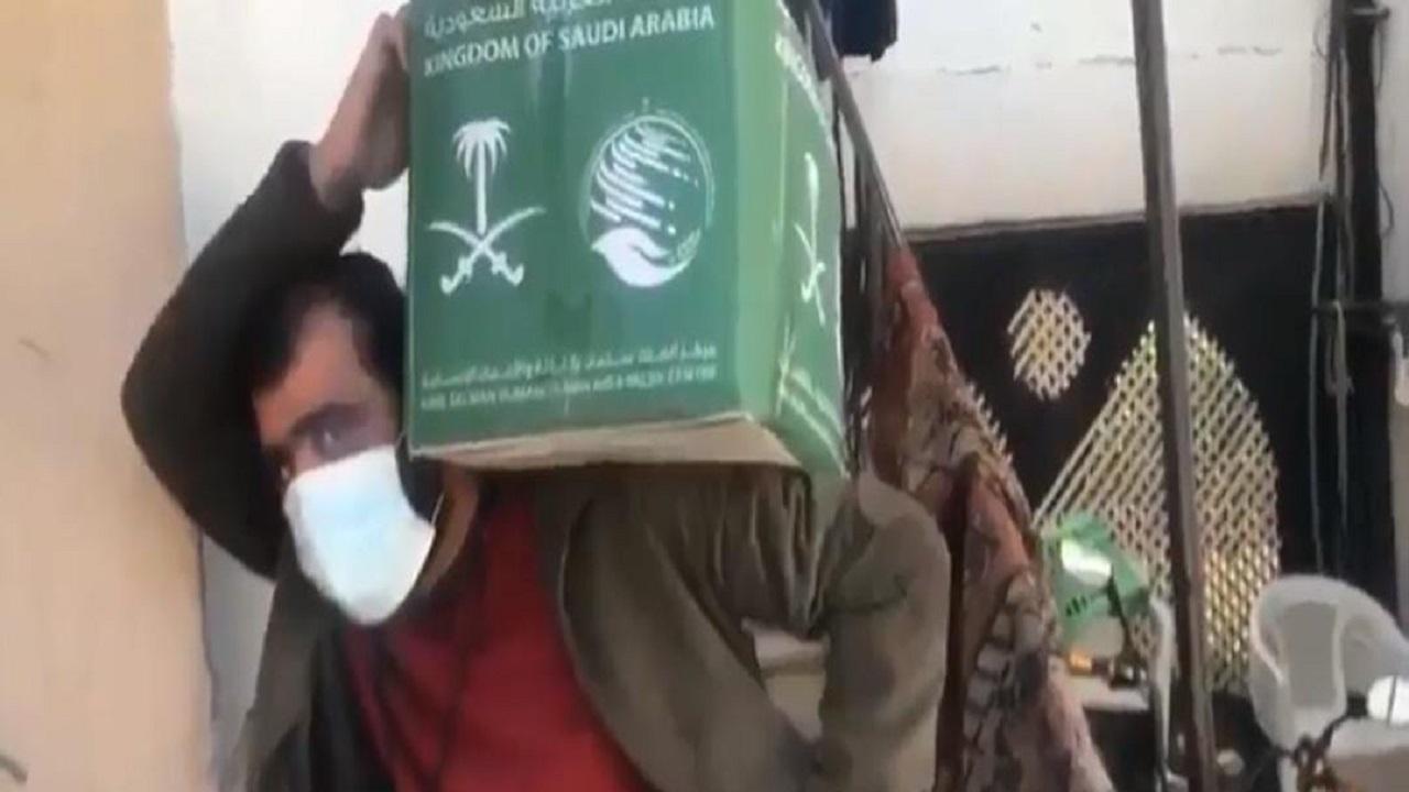 """شاهد.. لبناني بعد توزيع السلال الغذائية: """" بدون المملكة ما نسوى شيء """""""