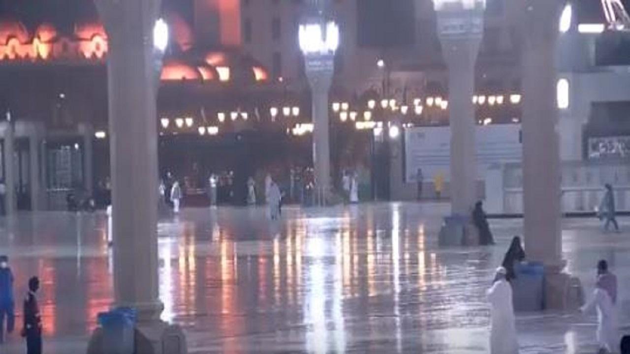 شاهد.. تساقط الأمطار على المسجد النبوي الشريف