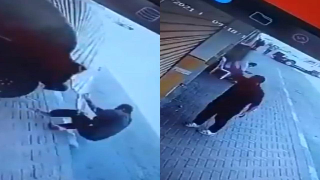 شاهد.. عامل بنشر يغلق المحل على قائد سيارة بالدمام والأخير يصدمه