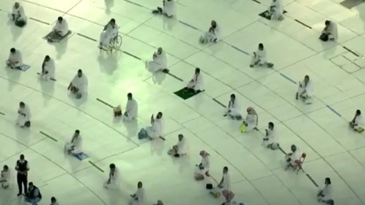 شاهد .. أجواء إفطار المعتمرين والمصلين في ساحات الحرم المكي