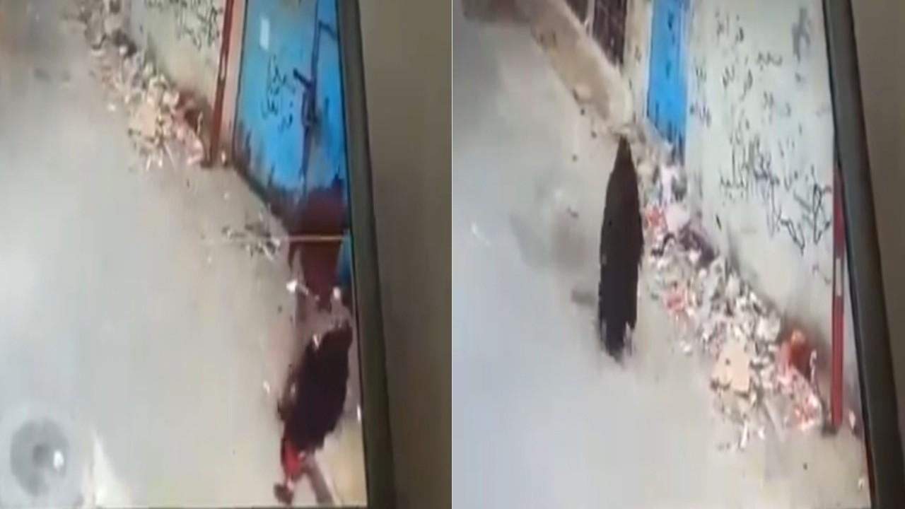 بالفيديو.. لحظة اعتداء شابان على والدتهما المسنة وسط الشارع