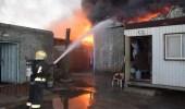 بالصور.. إخماد حريق اندلع في مستودعين جنوب جدة