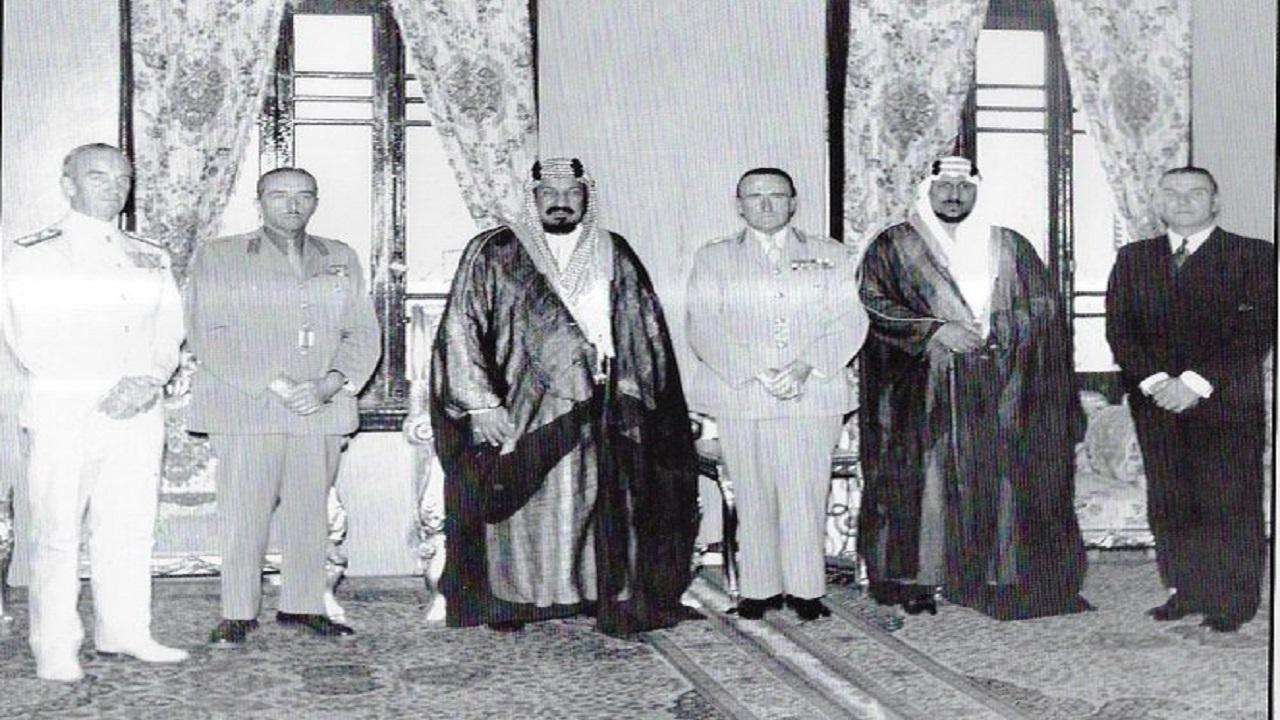 صورة نادرة للملك المؤسس في قصر المربع قبل 70 عام