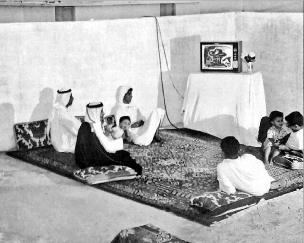 تجمع عائلة لمشاهدة التلفزيون في الظهران قبل 54 عام