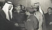صورة نادرة للملك خالد أثناء إستقبال ضباط الجيش السعودي المرابط للدفاع عن الأردن