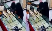 بالفيديو.. امرأة تحاول سرقة طقم ذهب من محل مجوهرات بإحدى المناطق