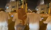 شاهد.. الوليد بن طلال يتابع مباراة الهلال اثناء ممارسة رياضة المشي