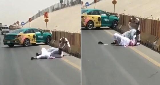 شاهد .. سائق يطرح رجل مسن أرضا على أحد الطرق العامة