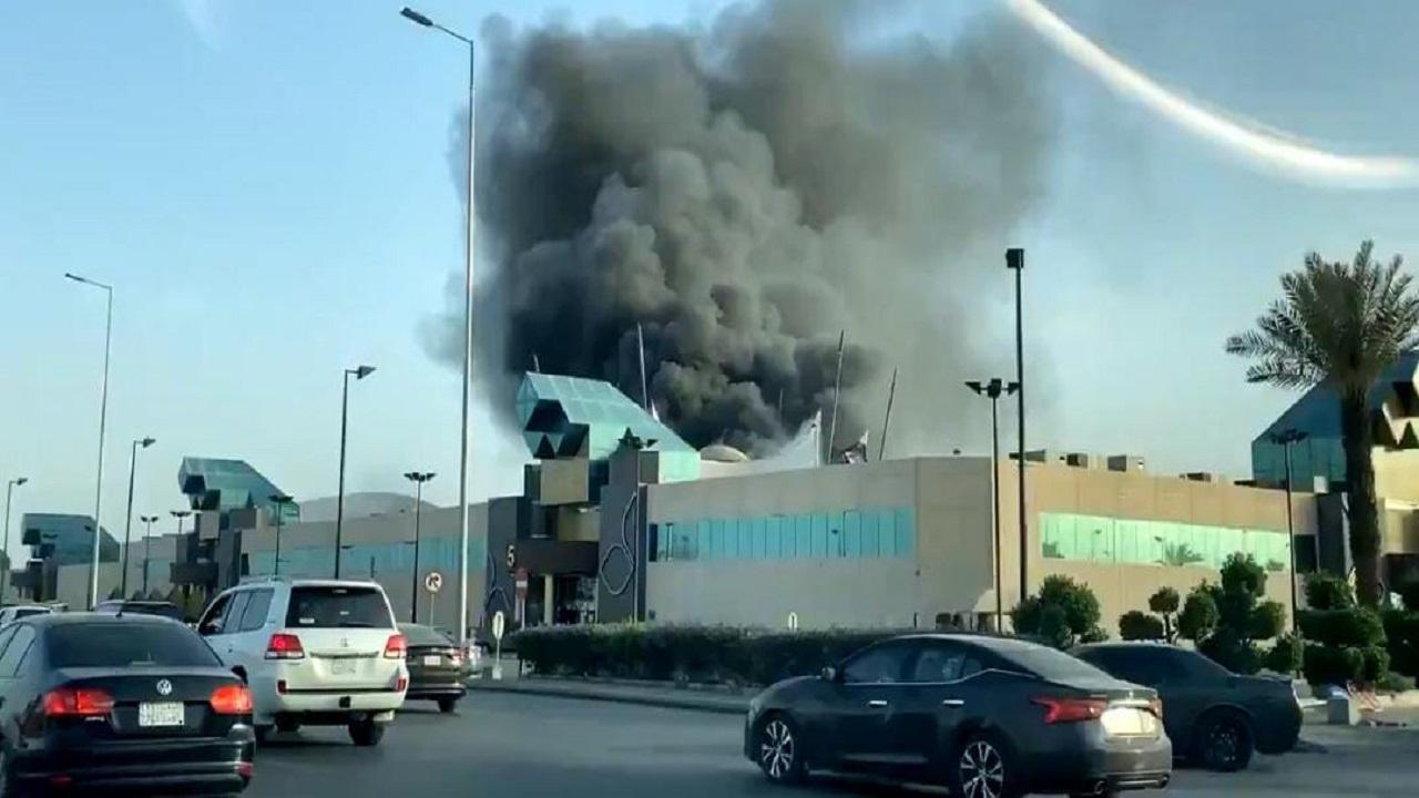 بالفيديو.. اندلاع حريق في مول شمال الرياض