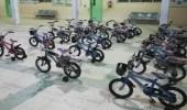 بالصور.. معلم يمنح طلابه المتفوقين برفحاء دراجات هوائية