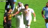 بالفيديو.. نائب رئيس القادسية الكويتي ينزل الملعب ويطالب اللاعبين بالانسحاب