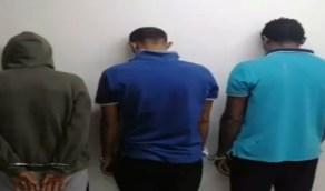 شاهد.. القبض على 3 أشخاص تورطوا في تصنيع الخمور وترويجها في إستراحة بمكة