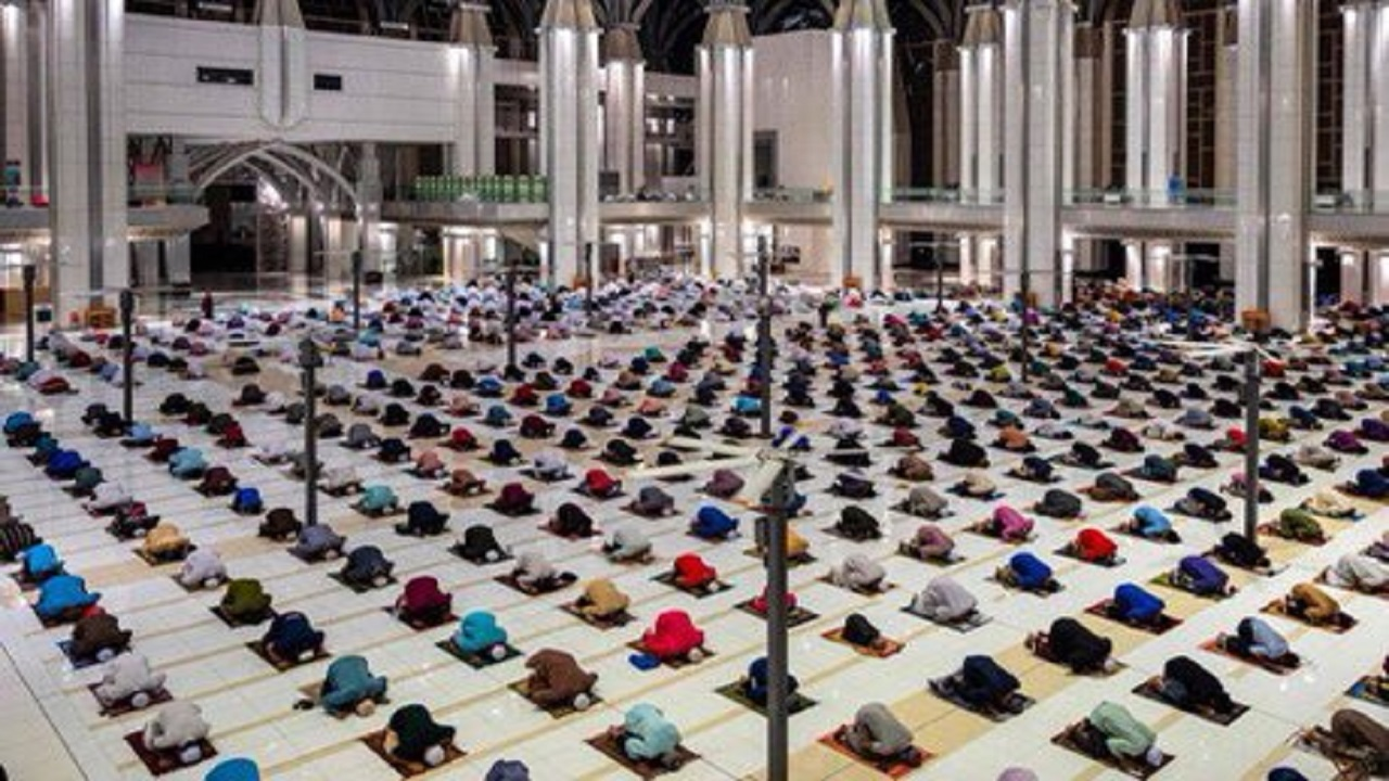 بالصور .. أداء أول صلاة تراويح في شهر رمضان في ماليزيا