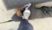 مشهد صادم لمعلمة تضع قدمها على رأس طالب داخل مدرسة