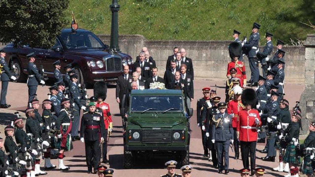 بالفيديو.. الأمير هاري يشارك في جنازة جده دون زوجته ميغان