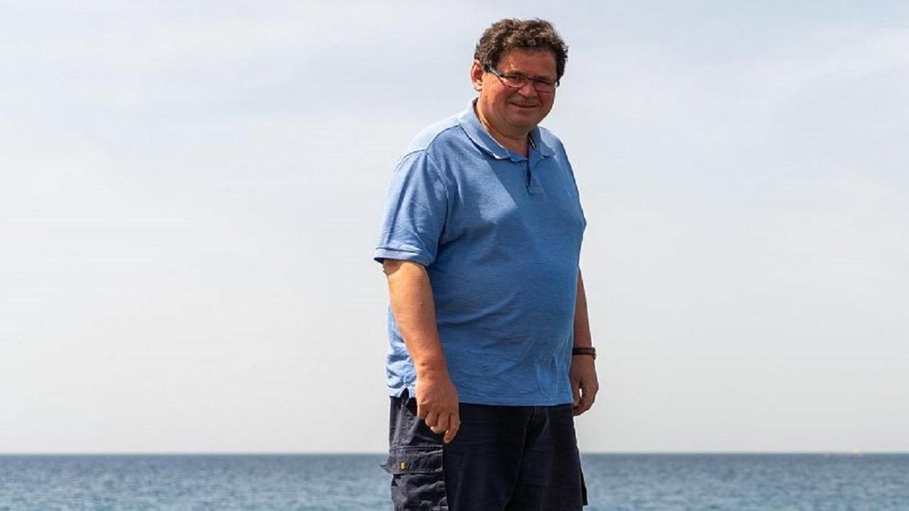 """بالصور .. """"جنوح الدلافين"""" تدفع السفير البريطاني لزيارة شواطئ أملج"""