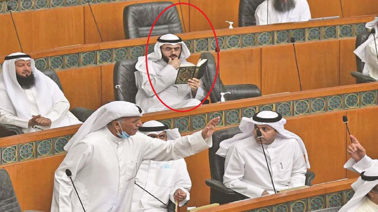 نائب بمجلس الأمة الكويتي يثير الجدل بقراءته القرآن وسط صراخ الحضور