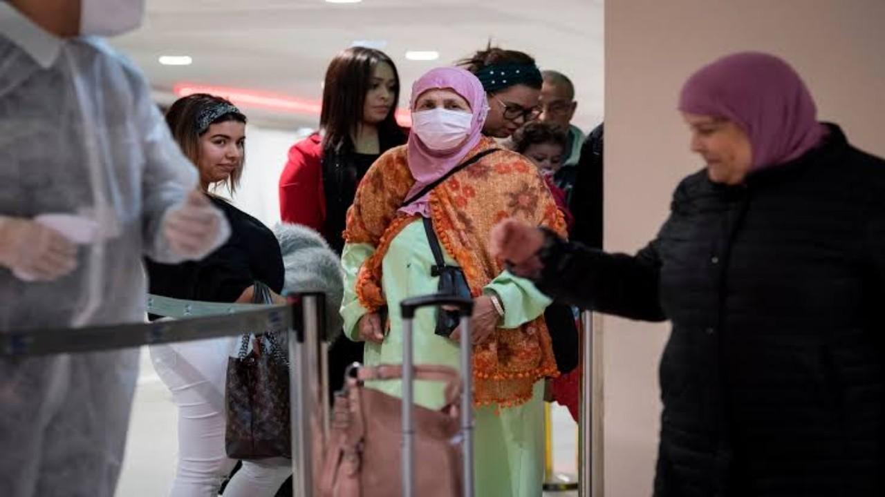بلد عربي يغلق الرحلات الجوية مع 50 دولة بعد انتشار سلالات كورونا المتحورة