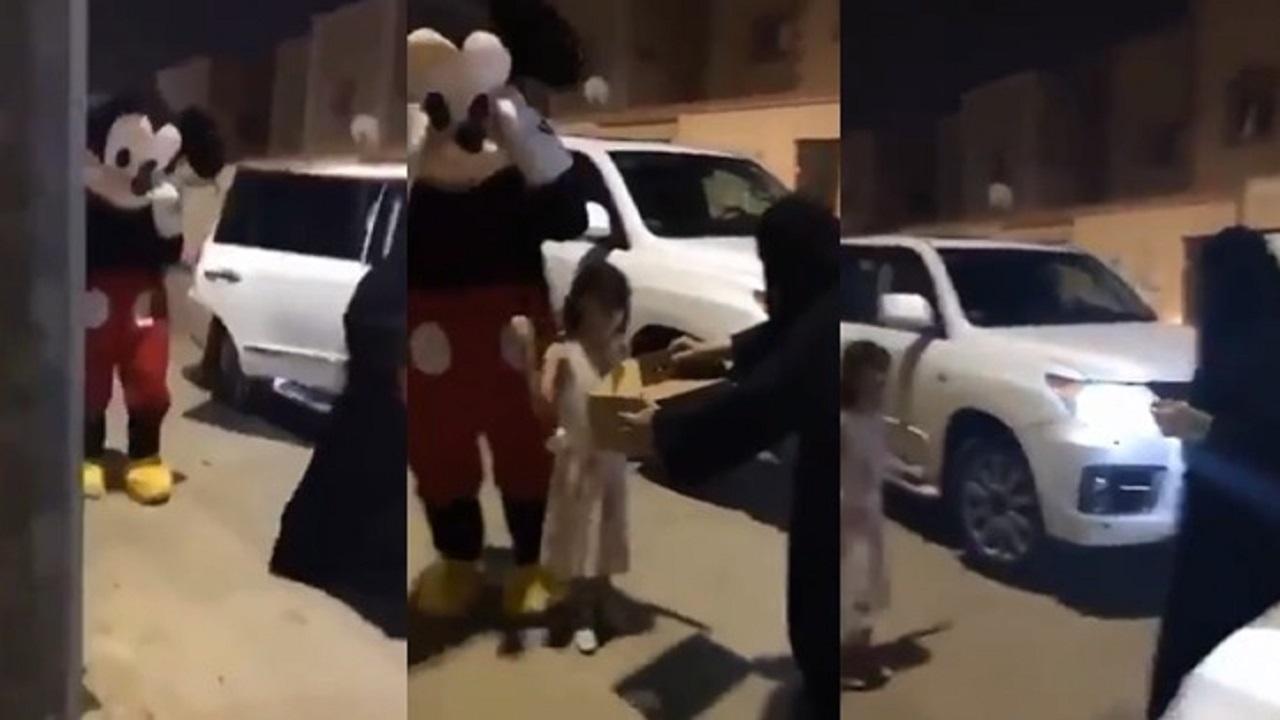 بالفيديو.. معلمة تفاجئ طالباتها بزيارتهن وتقديم شهادات النجاح لهن