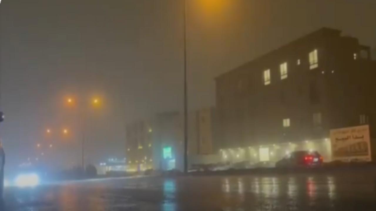 شاهد..لحظة هطول أمطار رعدية مسبوقة برياح نشطة على الرياض