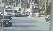 شاهد: شاب متهور يقود سيارته باتجاه الخلف ويصطدم بأخرى ويلوذ بالفرار
