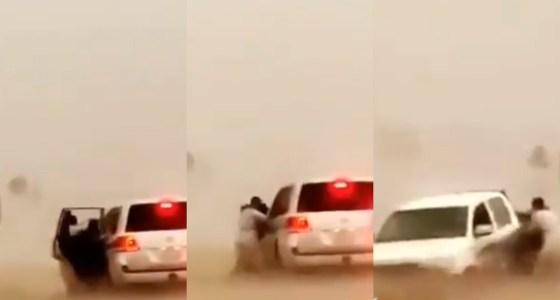 شاهد.. لحظة إنقاذ أسرة من الغرق بسيول حائل