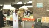 شاهد.. تهاون الباعة والمتسوقين بالاجراءات الاحترازية في سوق الخضاء بالدمام