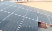 شاهد .. مواطن يستخدم ألواح الطاقة الشمسية في منزله