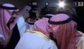 شاهد .. رد فعل الملك عبدالله عندما أراد الأمير سلطان تقبيل يده