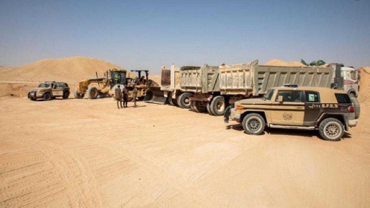 """""""الأمن البيئي"""" يضبط 6 مخالفين يقومون بنقل الرمال وتجريف التربة في جدة"""