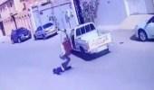 بالفيديو .. حادث غريب لشاب قفز من سيارته أثناء سيرها بأحد الشوارع