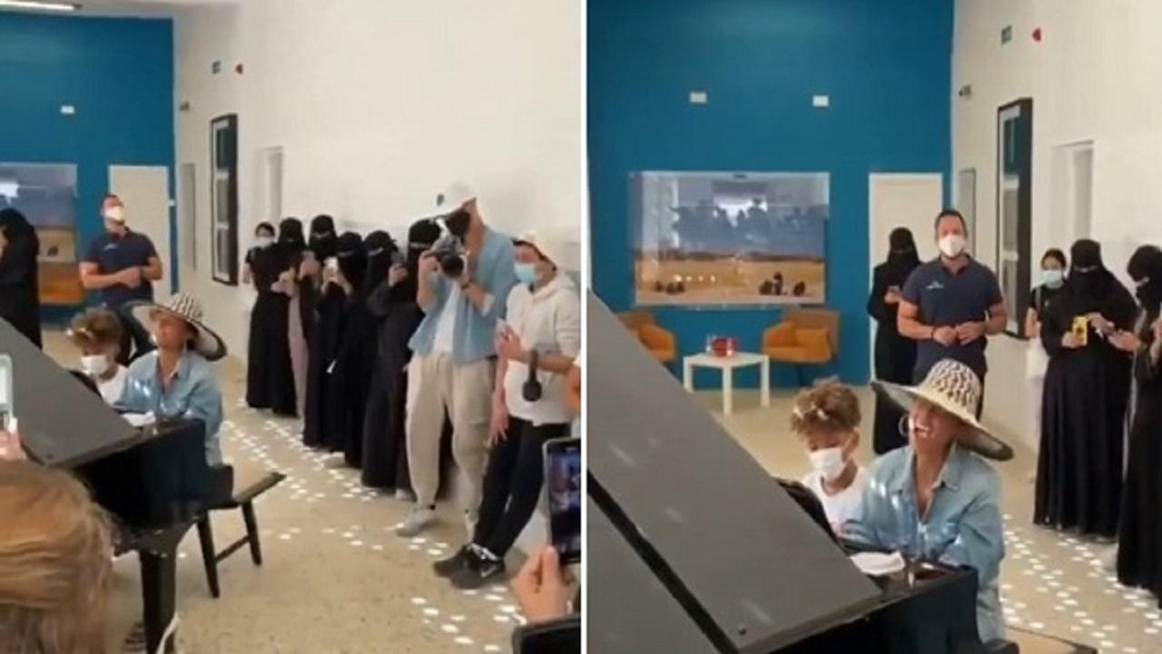 بالفيديو .. الفنانة الأمريكية اليشا كيز تشدو أغنيتها الشهيرة في مدرسة بالعلا