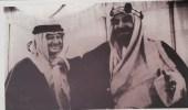 صورة نادرة للملك المؤسس يداعب رئيس أرامكو بالشماغ