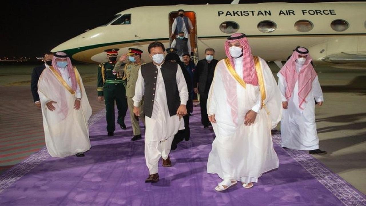 سمو ولي العهد في مقدمة مستقبلي دولة رئيس وزراء باكستان لدى وصوله المملكة