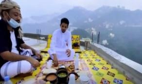 شاهد..إفطار رمضاني على أسطح المنازل الواقعة في أحضان الطبيعة بفيفاء